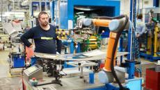 Aktualita AGC Automotive Czech - V AGC Automotive při výrobě autoskel spolupracují s lidmi koboti