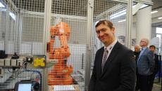 Aktualita AGC Automotive Czech - Škola AGC posiluje technické obory: Získala prvního skutečného robota